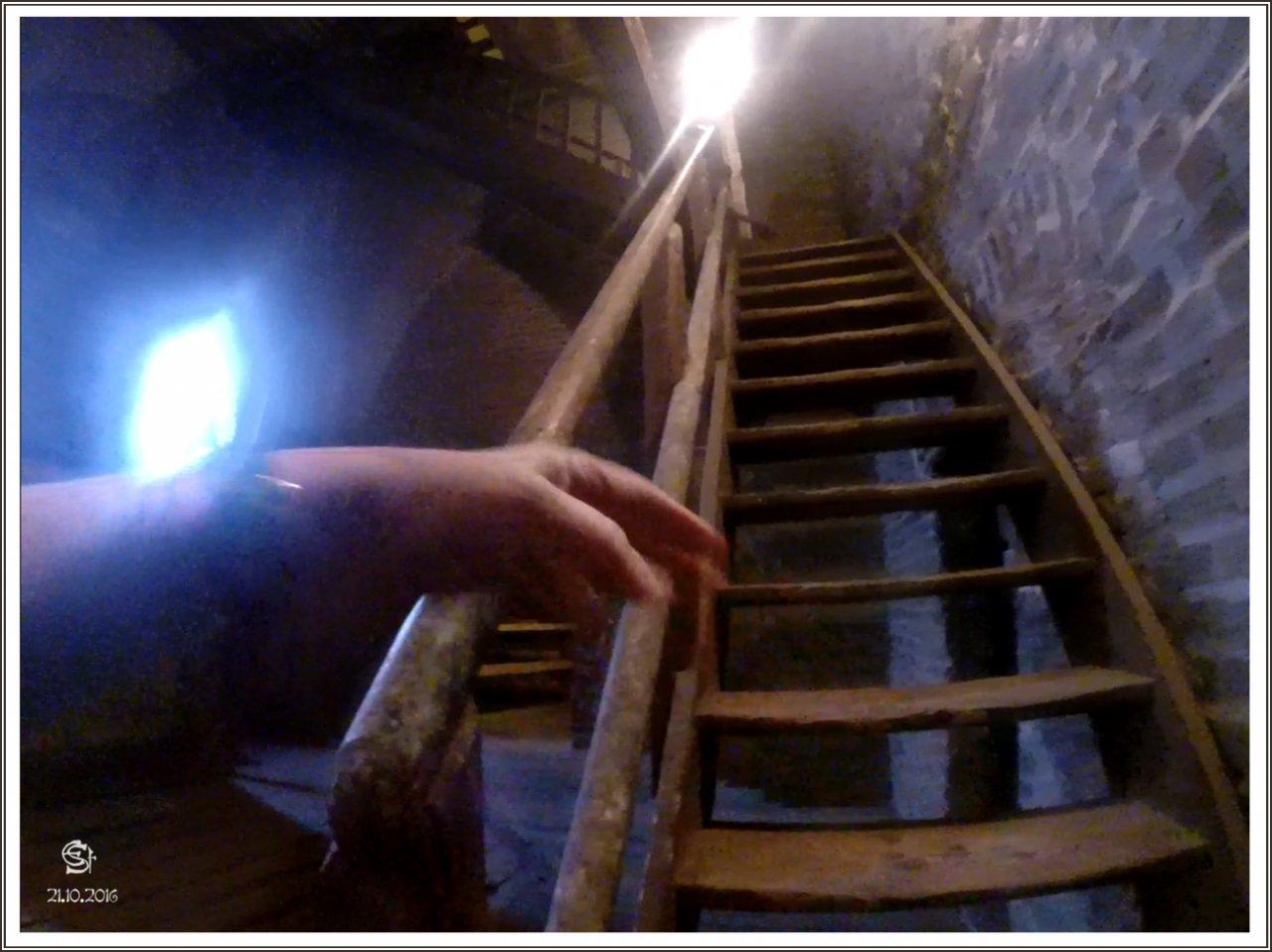 05-04 2016-10-21_04_GOPR0466_0914a Rsig Treppe T2 vom Uhrenboden zum 1. Glockenboden hinauf.jpg