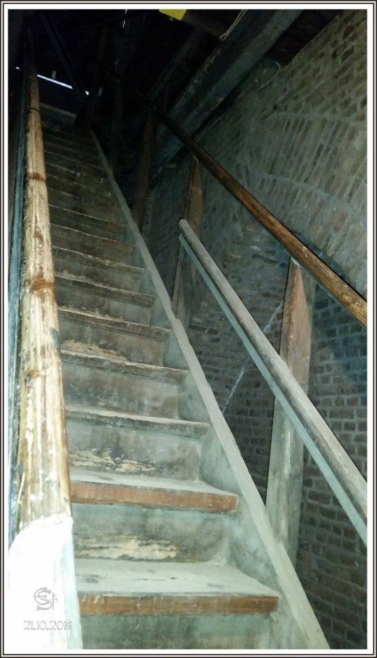05-05 20161021_111627 Rsig Holztreppe T3 vom Uhrenboden hinauf.jpg