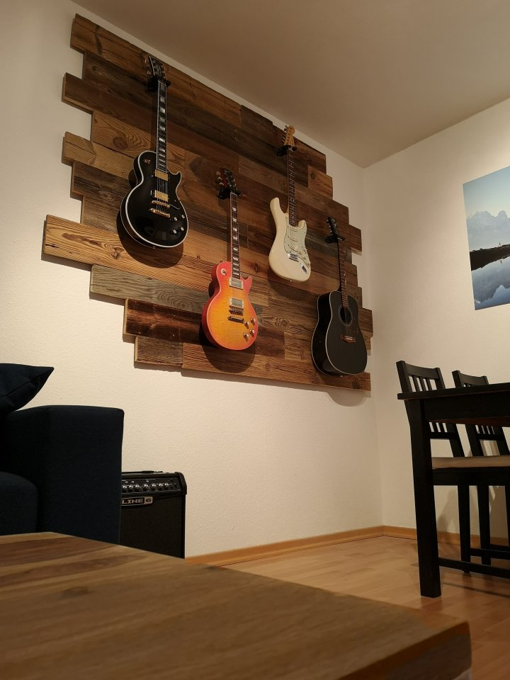 Gitarrenwand_Altholz_1