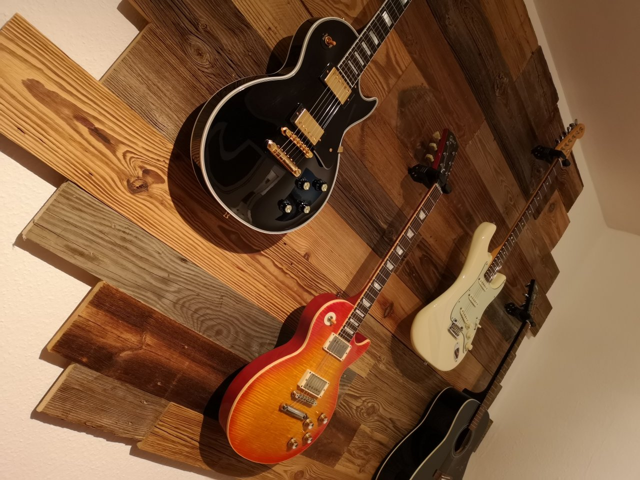 Gitarrenwand_Altholz_2