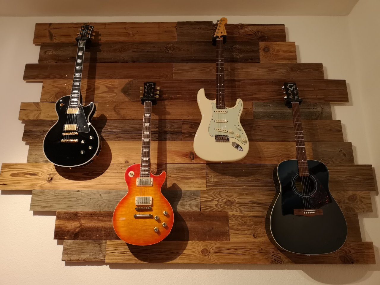Gitarrenwand_Altholz_4