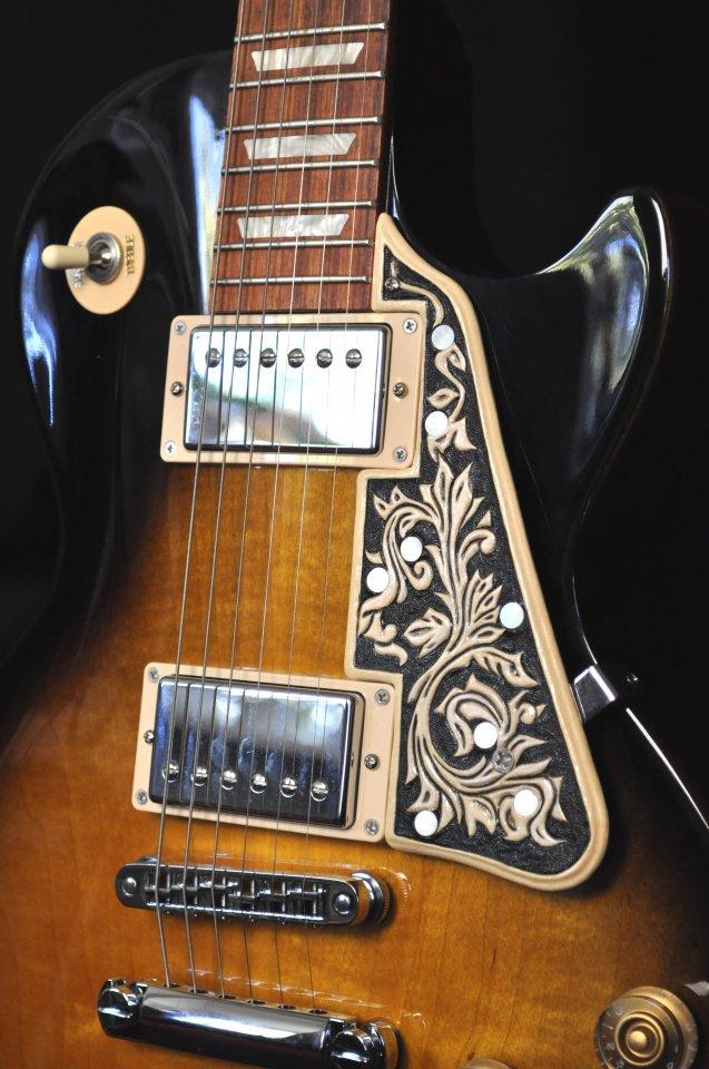 Detail Pickguard mit Ranken und MOP-Einlagen auf Gibson Les Paul Studio
