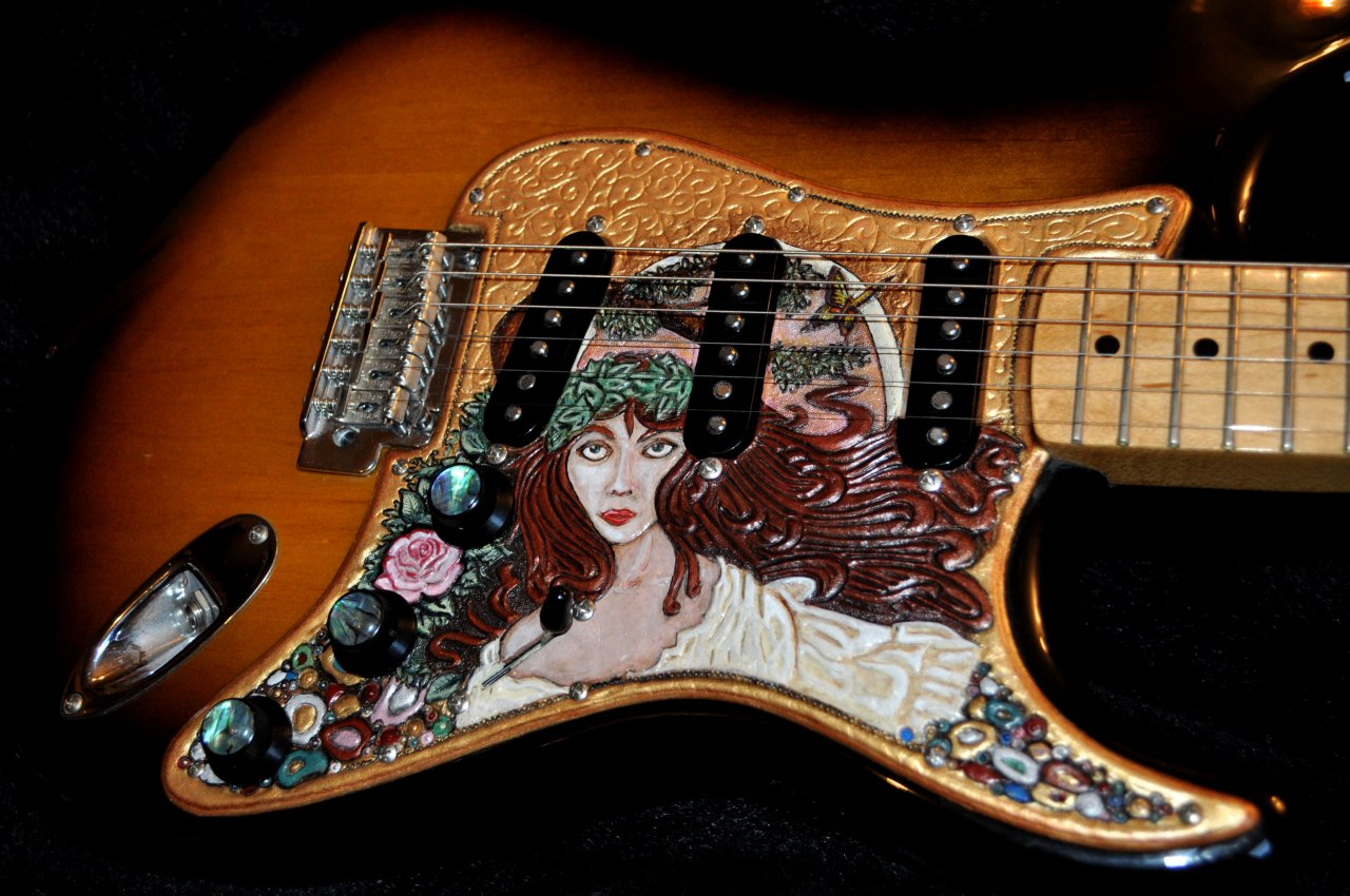 Detail Pickguard mit Nymphenmotiv auf Fender Classic Player 50´s
