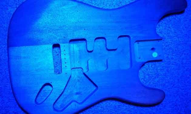 eigenbau-gitarre-blau