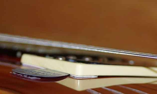 pletrum-an-gitarre-unterbringen