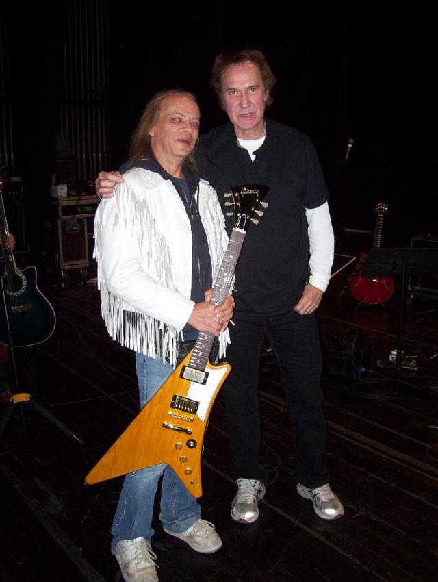 Ray Davies mit einer Glen Miller Gibson (keine Umlenkrollen).jpg