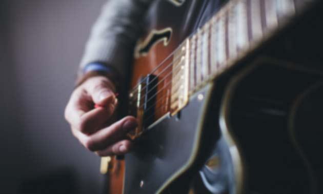 schweiss-hand-plektrum-halten