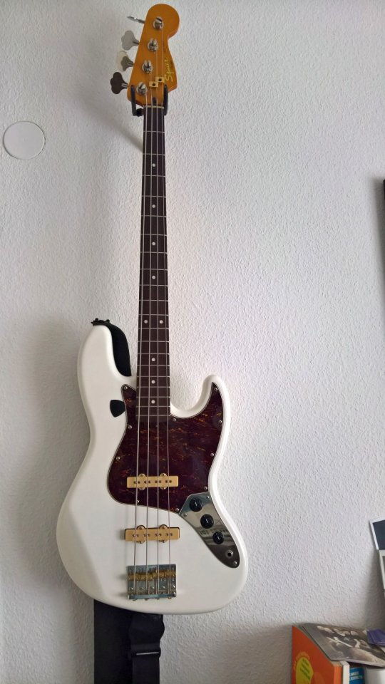 squier jazz bass.jpg