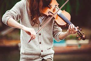 Frau spielt Violine